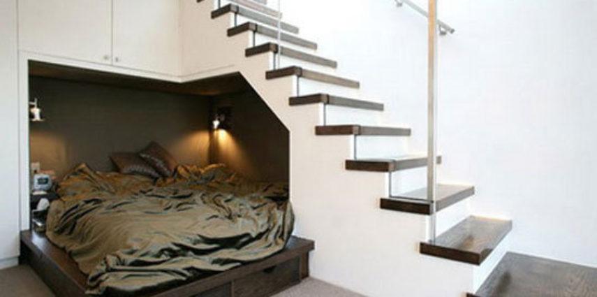 łóżko pod schodami