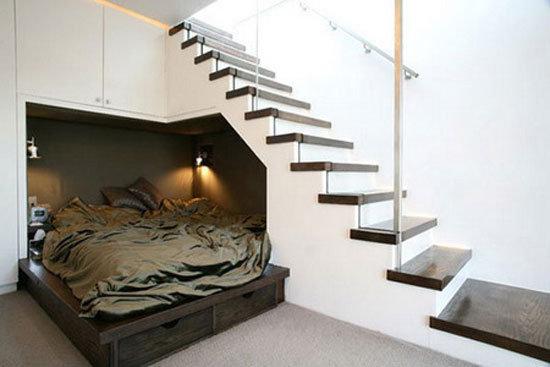 ALT:łóżko pod schodami