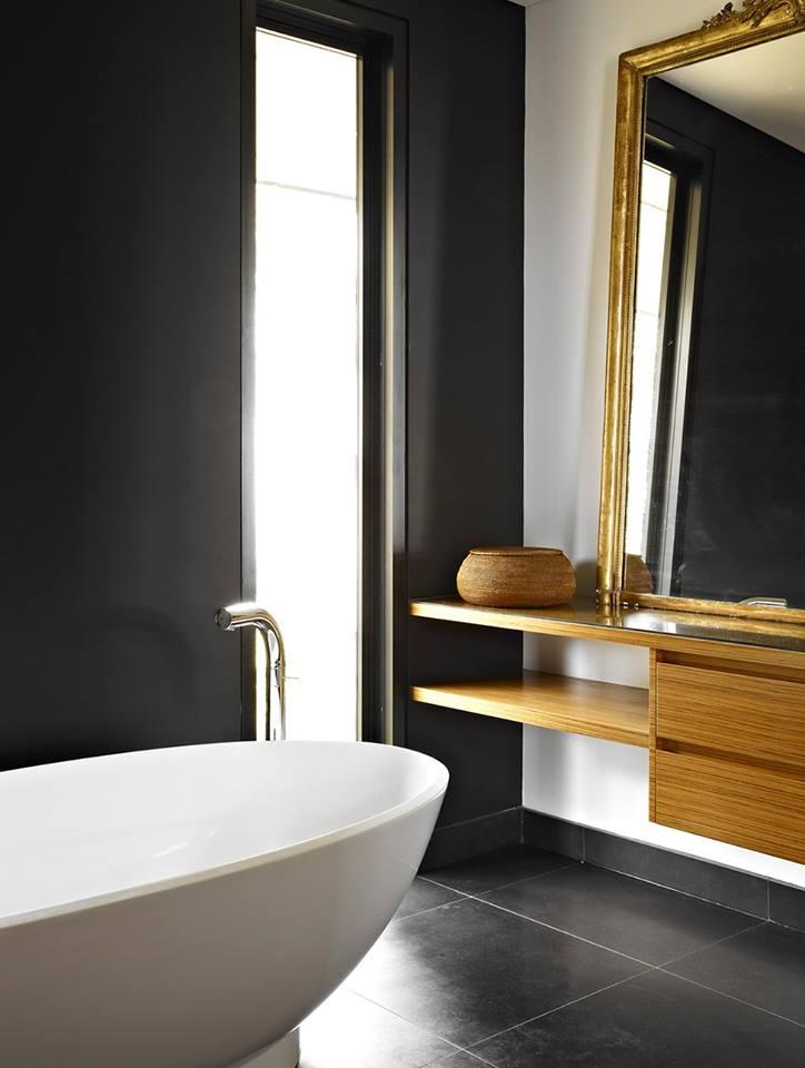 czarna matowa ściana w łazience