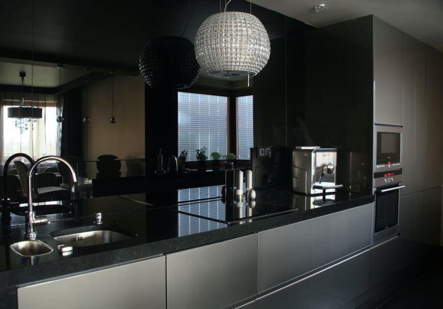 Czarna ściana ze szkła w kuchni