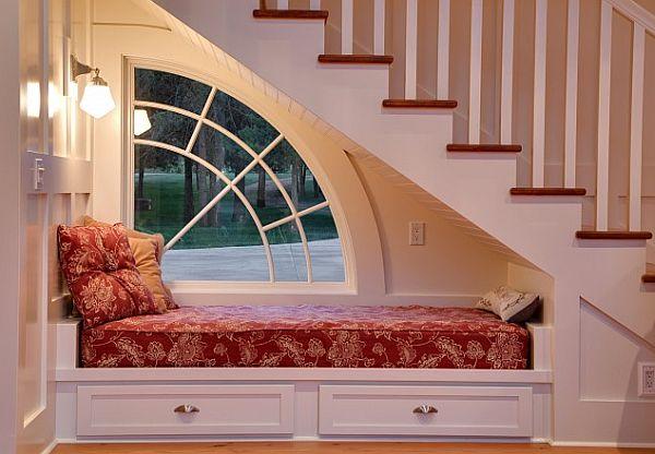 <bedroom-design-ideas-under-stairs alt=miejsce pod schodami>