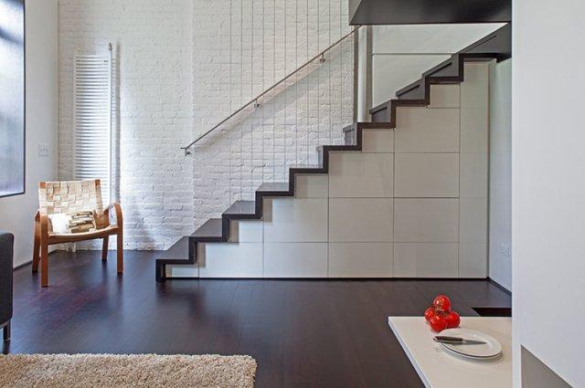 <alt=miejsce pod schodami>