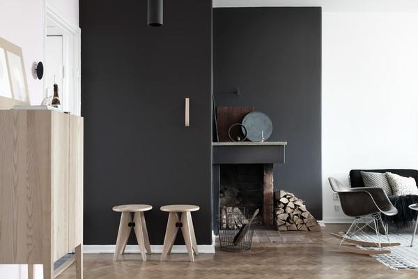 tina_hellberg_fastighetsbyran_livingroom_black_walls_eames_chair_emmas_designblogg_545d1aea2a6b22a257665e3f
