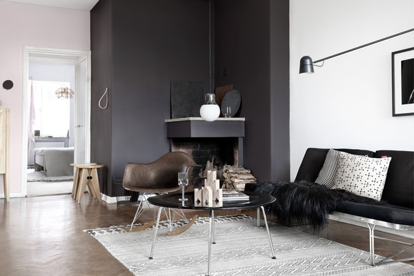 tina_hellberg_fastighetsbyran_livingroom_black_walls_eames_chair_fireplace_moment_sofa_emmas_designblogg_545d1a832a6b2223746fe77b